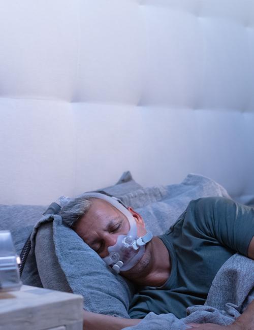 patient-dormant-avec-le-masque- -AirFit-F30i-à-connexion-haute mobile